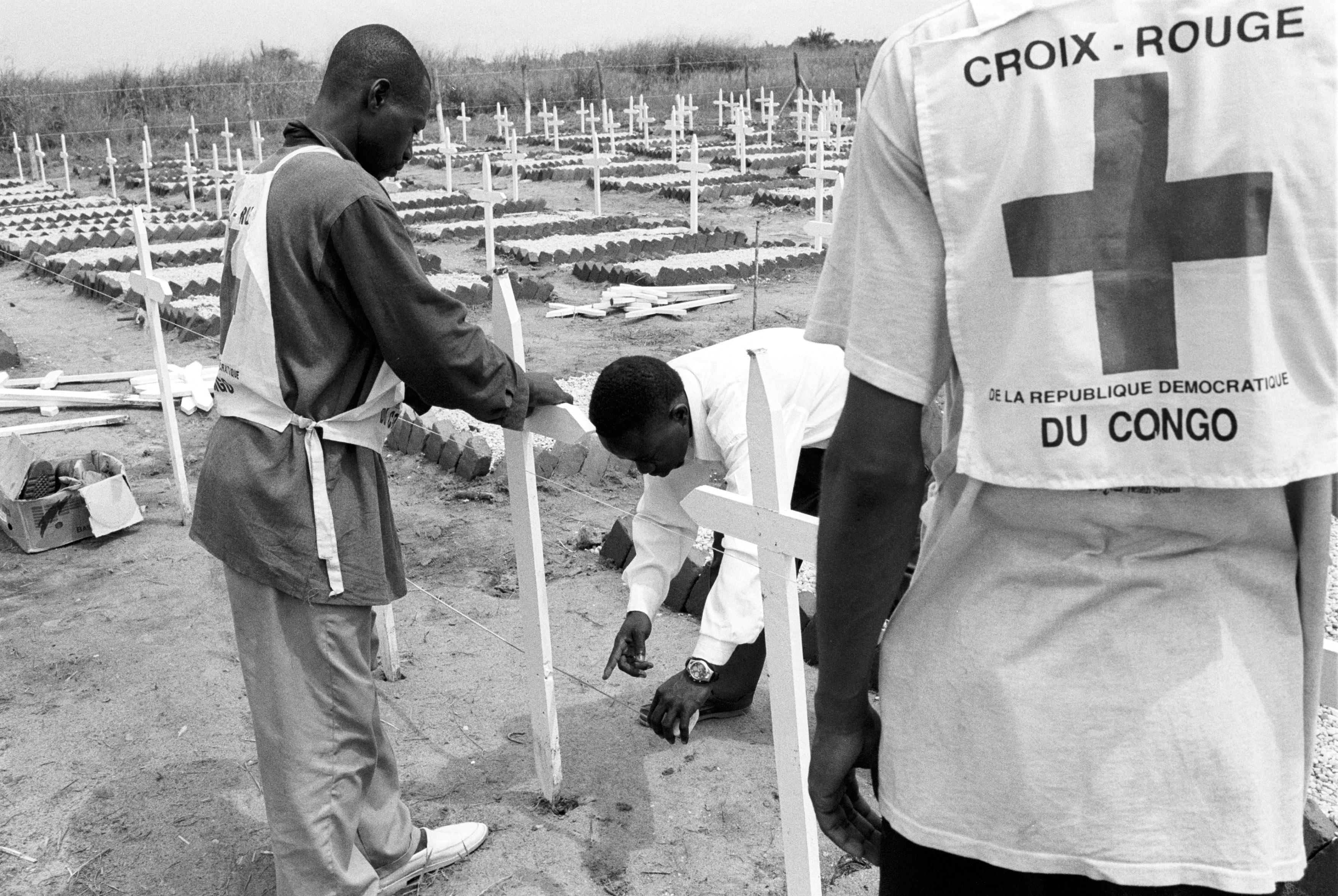 Kisangani. Création d'un cimetière par le CICR pour les civils morts pendant les combats du mois de juin qui ont opposé ougandais et rwandais.